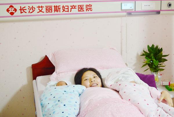 再次迎来一对龙凤胎宝宝,两位宝宝体重均为2600克。目前母婴平安,进入产后康复阶段。    28岁勇敢宝妈平安产下龙凤胎   12月6日上午,这位宝妈被送入了产房,长沙艾丽斯妇产医院产科专家组经过严格规范的产前诊断程序并经过讨论后,给宝宝妈进行剖腹产手术。宝宝妈产后生命体征平稳,双胞胎宝宝经新生儿测评后,得分为10分。   怀双胞胎有太多不易 产前检查不可少   怀有双胞胎就要承担更多的风险,所以准妈妈在孕期更要重视产检,及时关注自己和宝宝的健康状况,降低风险指数。长沙艾丽斯妇产医院产科中心专家团队由湘雅